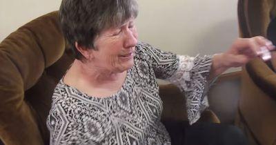 Diese ältere Dame weint -  vor Glück