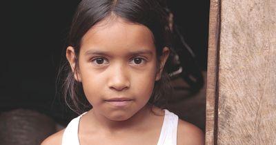 Ein junges Mädchen wird von Männern angegriffen - Doch dann wird sie beschützt