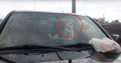 Er wurde alleine im Auto gelassen und rächt sich prompt