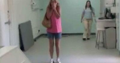 Sie fällt auf die Knie, als sie ihren Hund in der Tierklinik sieht