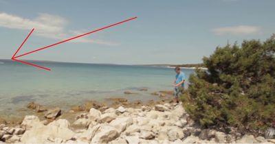Er bemerkte etwas, das aus dem Wasser sprang...