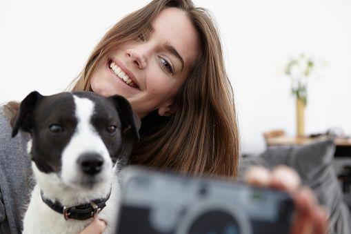 Sie macht ein SELFI. Was ihr Hund dann macht, ist ein Mega-Brüller!