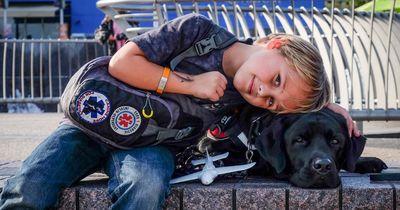 Dieser kleine Junge bekommt jeden Tag das Leben gerettet...