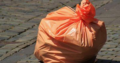 Schockierend, was die Polizisten in einem Müllsack fanden...