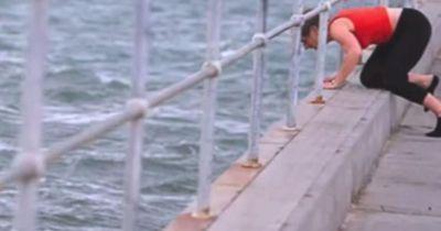 Er wollte ans Meer, um zu trauern. Dass er an diesem Tag ein Held wird, hätte er nie gedacht!