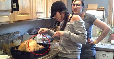 Video: Was sie in einem Truthahn findet, ist ziemlich verstörend