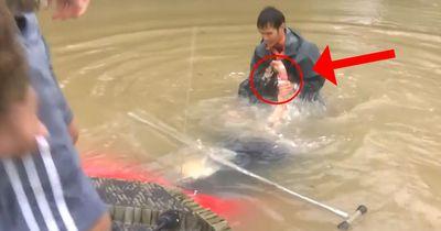 Mann rettet Frau vor dem Ertrinken. Als sie schreit, wird ihm klar, dass er noch mal tauchen muss!