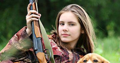 Vater lässt seine Tochter ein Reh schießen