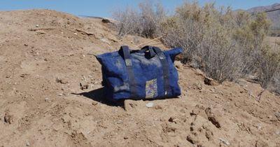 In der Wüste findet er eine herrenlose Tasche