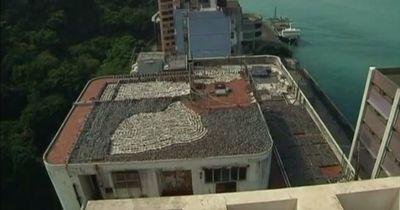 Am Dach eines Gebäudes in Hong Kong erlebt ein Mann sein blaues Wunder